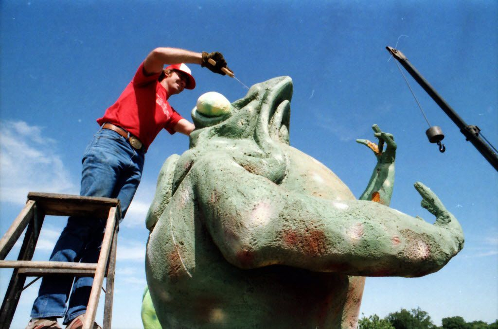 Jerry Hudson of Carl's Corner truck stop does some large-scale frog dissection on one of the landmarks on top of the old Tango nightclub on lower Greenville Avenue in 1985.