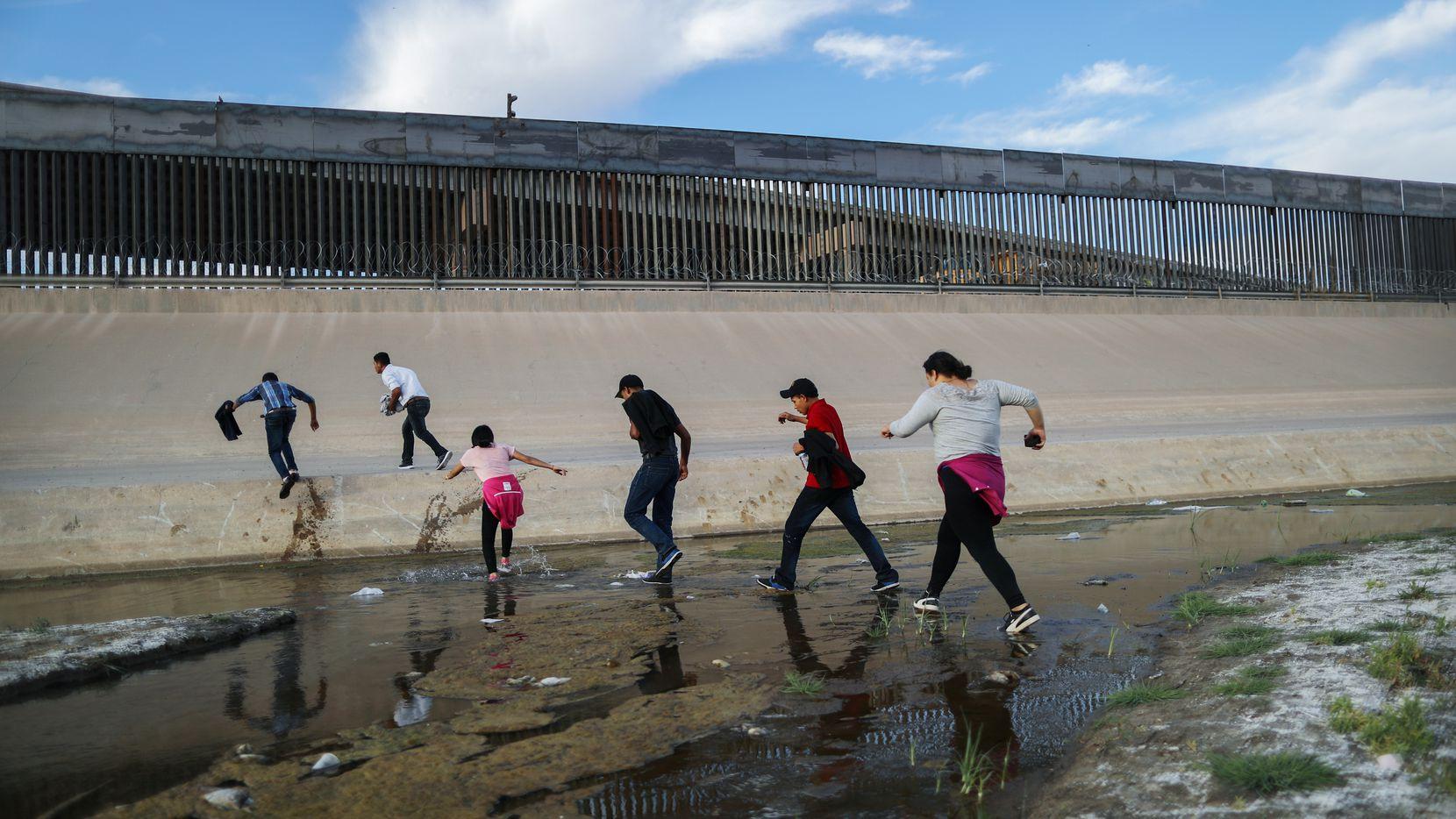 Un grupo de migrantes trata de cruzar del lado mexicano del Río Grande hacia El Paso, Texas.