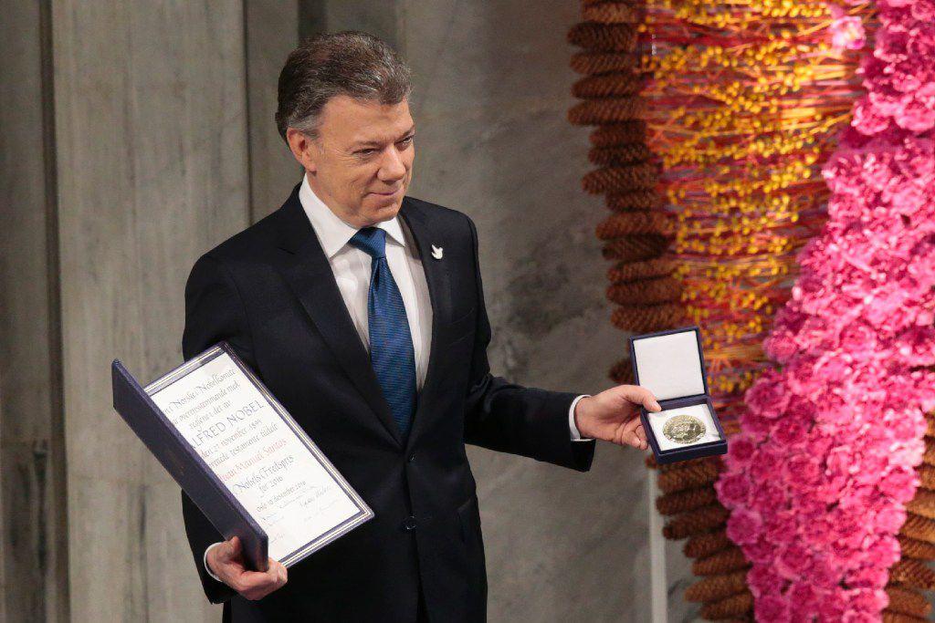El presidente colombiano Juan Manuel Santos recibe el Premio Nobel de la Paz por su trabajo para poner fin a medio siglo de guerra en Colombia, el sábado 10 de diciembre de 2016, en el Ayuntamiento de Oslo, Noruega. (AP)