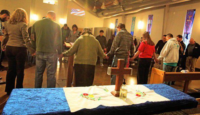 Religiosos e inmigrantes preocupados por el bloque al programa de acción diferida rezan por el plan migratorio en la iglesia metodista Christ Foundry, en Dallas. (DMN/LOUIS DeLUCA)