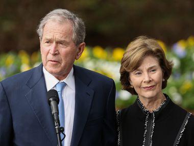 El expresidente George W. Bush y la exprimera dama Laura Bush en una foto de archivo de 2018.