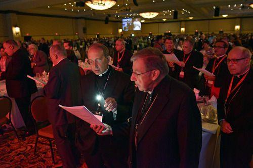 El arzobispo de Baltimore, William E. Lori, y el obispo de Los Ángeles, José Gómez, durante el V Encuentro de Obispos de Estados Unidos en Grapevine. BEN TORRES/AL DÍA