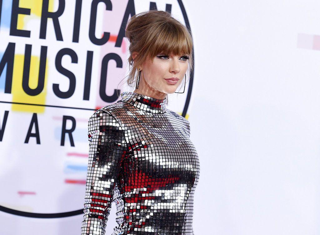 En esta foto del 9 de octubre del 2018, Taylor Swift llega a la ceremonia de los American Music Awards en el Teatro Microsoft en Los Angeles. Swift donó 15.500 dólares en GoFundMe a una admiradora cuya familia tiene dificultades para pagar cuentas médicas. (Foto por Jordan Strauss/Invision/AP, Archivo)