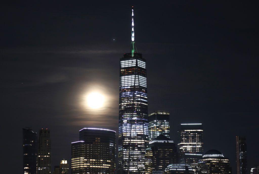 Júpiter y Saturno pueden ser fotografiados juntos pero no quiere decir que se hayan acercado, dicen los expertos. En esta foto de archivo del 5 de julio de 2020, se ve un triángulo en el cielo formado por Saturno, la Luna y Júpiter sobre Nueva York.