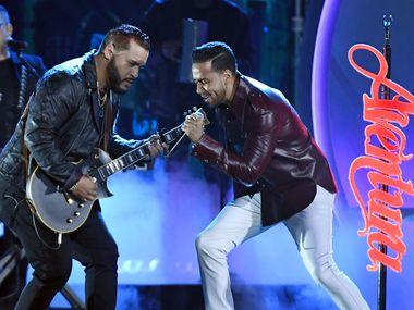 Lenny Santos (izq.) junto a Romeo Santos de Aventura en abril durante los 2019 Billboard Latin Music Awards en Las Vegas.