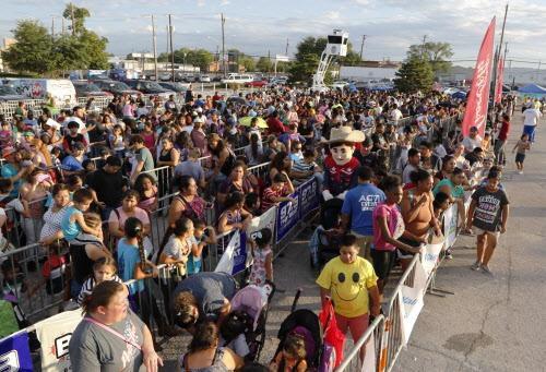 Miles de personas llegaron el año pasado a la Feria de Regreso a Clases del Alcalde, en donde las familias reciben útiles escolares gratuitos y otros servicios. (DMN/DAVID WOO)