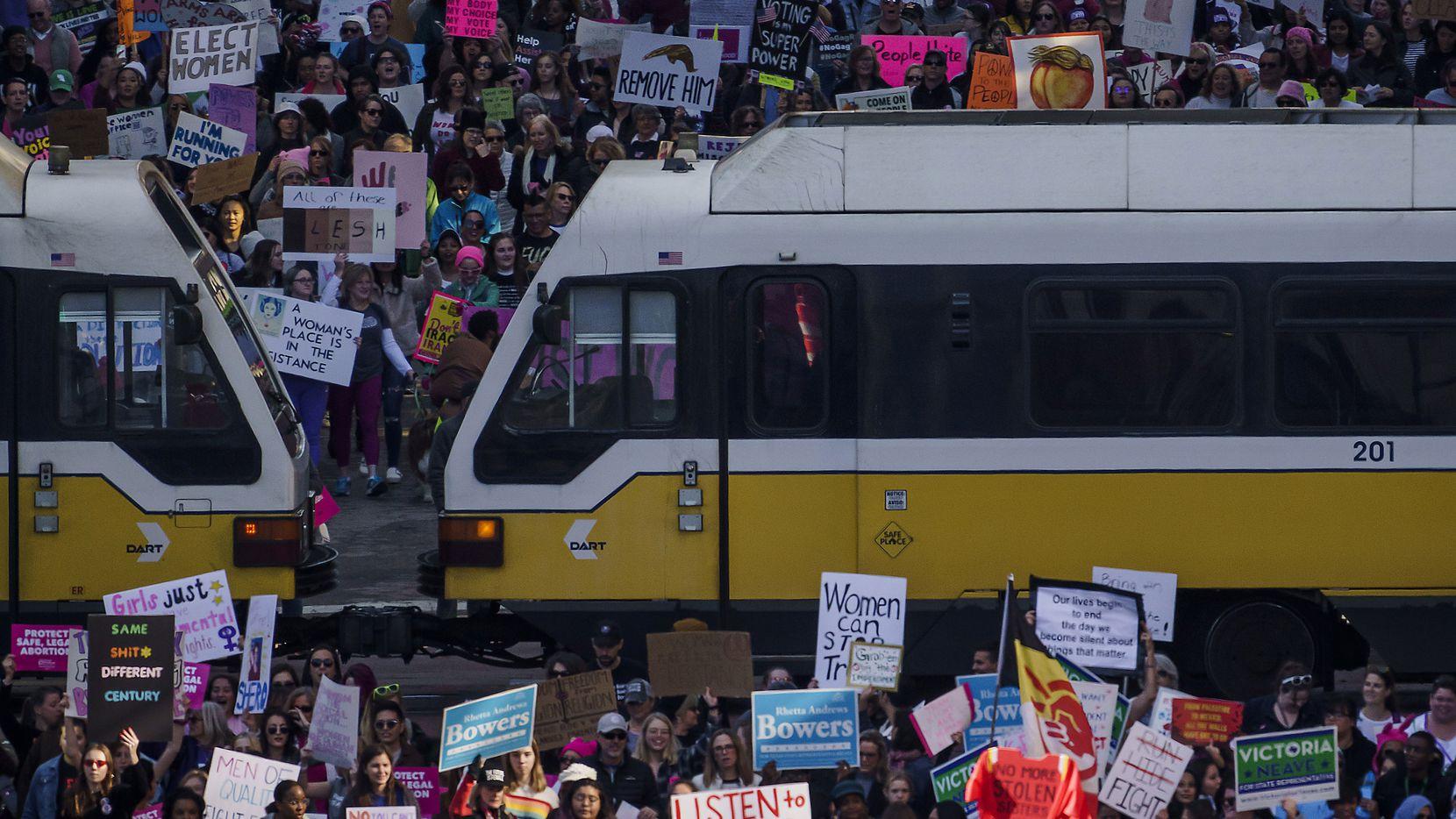 Los participantes en la Marcha de las Mujeres atraviesan Harwood Street en su camino a la alcaldía, el domingo.