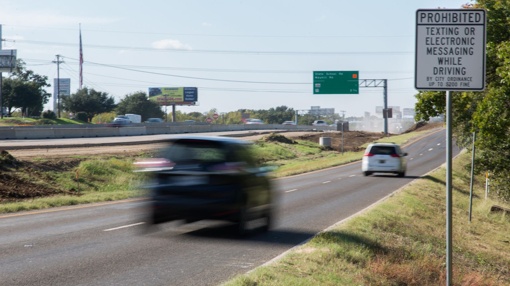 En Denton hay señales viales que advierten sobre el uso del teléfono para enviar mensajes de texto mientras se maneja el auto. (DRC/ARCHIVO)