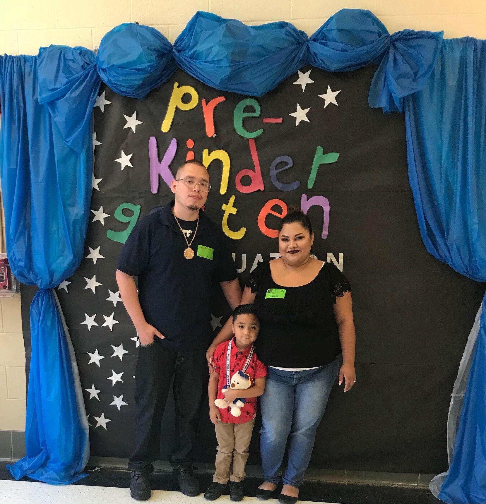Devany Veloz (der.) posa con su hijo y Jesús Aguirre, su esposo, en un festival escolar, previo a la pandemia de covid-19.