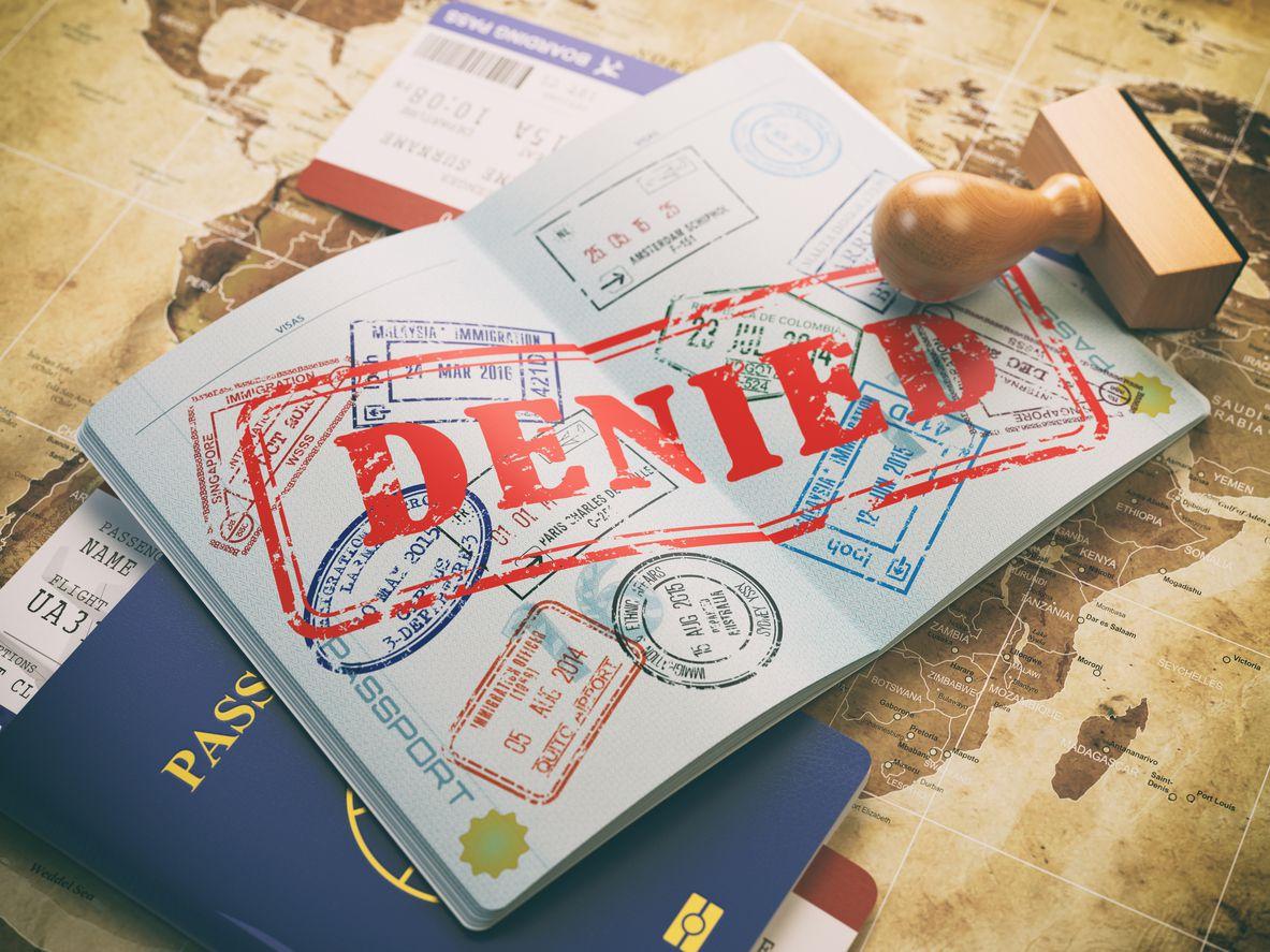 Un pasaporte con sellado de negativa de ingreso al país. iStock.