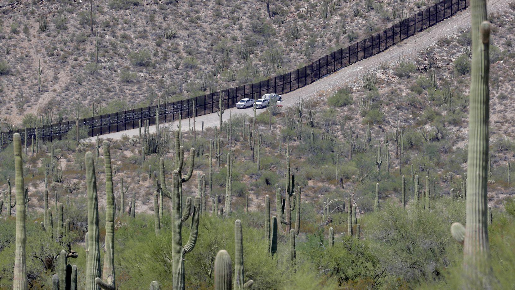 Una sección de la valla metálica en la frontera entre Arizona y Sonora, México.
