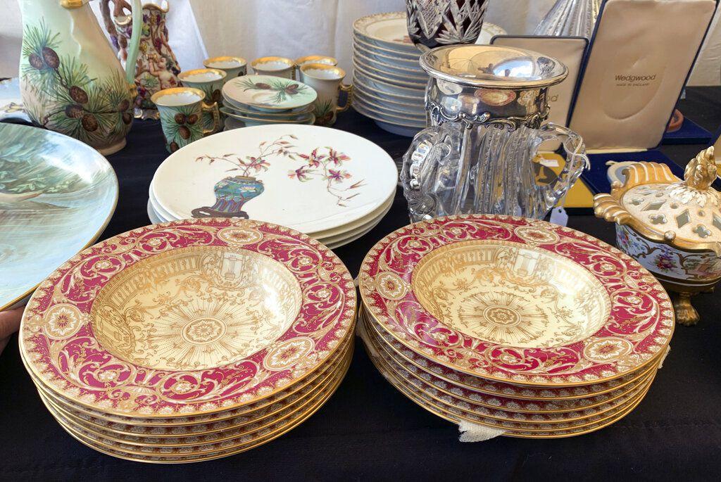 Vajilla de porcelana en venta en un mercado de pulgas de Brimfield, Massachusetts, en foto del 7 de septiembre del 2019. Si los objetos familiares viejos no tienen cabida en su casa, dónelos o véndalos, recomiendan expertos. (Tracee Herbaugh via AP)