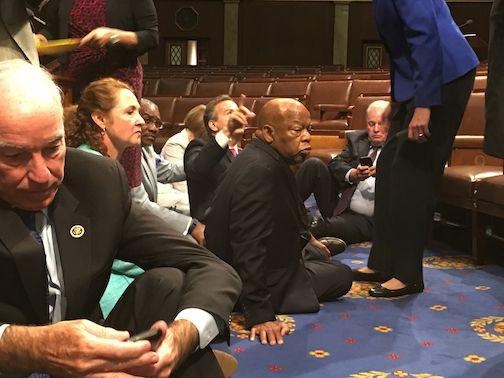 Esta fotografía proporcionada por el representante John Yarmuth, demócrata de Kentucky, muestra a demócratas del Congreso, incluido el representante John Lewis, de Georgia, al centro, y el representante Joe Courtney, de Connecticut, a la izquierda en primer plano, que participan en un plantón para exigir una votación en torno a las medidas de control de armas, el miércoles 22 de junio de 2016, en el piso de la Cámara de Representantes en el Capitolio en Washington. (Representante John Yarmuth vía AP)
