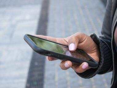 Alertan sobre una persona que pide prestado el celular para una llamada rápida pero que termina ingresando a sus cuentas bancarias.