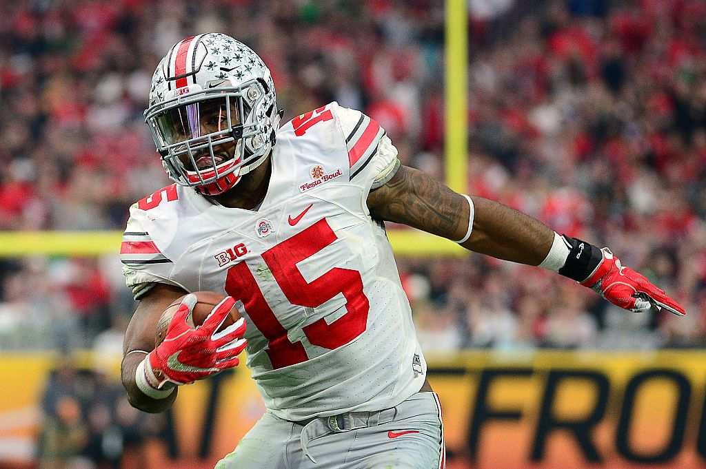 GLENDALE, AZ - JANUARY 01: Running back Ezekiel Elliott #15 of the Ohio State Buckeyes runs up field during the first half of the BattleFrog Fiesta Bowl against the Notre Dame Fighting Irish at University of Phoenix Stadium on January 1, 2016 in Glendale, Arizona. (Photo by Jennifer Stewart/Getty Images)
