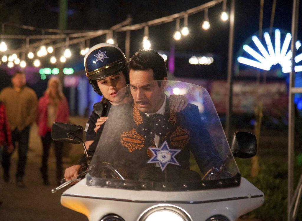 """Ana Claudia Talancón y Omar Chaparro en una escena de """"Como caído del cielo"""" en una imagen proporcionada por Netflix. (Miguel Ramos/Netflix"""