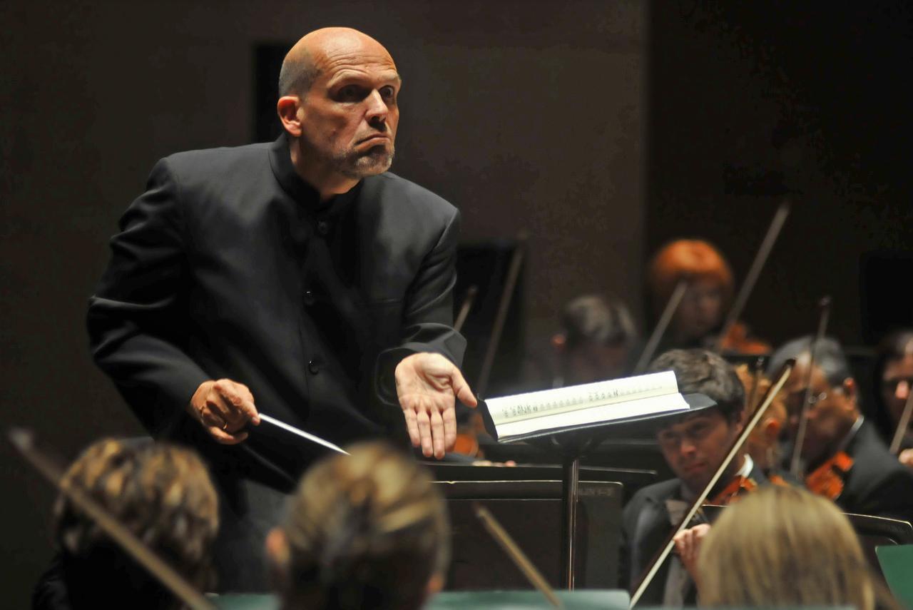 Jaap van Zweden dirigiendo a la Sinfónica de Dallas. El conductor holandés fue contratado por la Filarmónica de Nueva York. (AP/MARK M. HANCOCK)