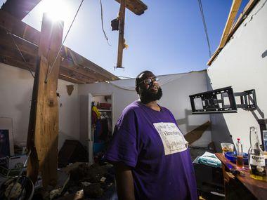 Alvin Dunbar junto a lo que queda de su apartamento en el noroeste de Dallas.