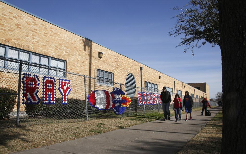J. W. Ray Learning Center es una de las escuelas que estaría en peligro de ser cerrada o reconvertirse en chárter. (DMN/GUY REYNOLDS)