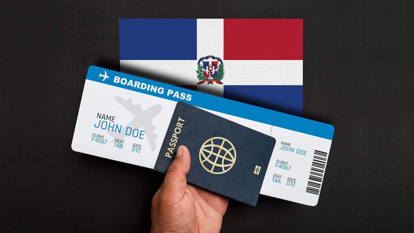 Una persona porta un pasaporte y un boleto de avión.