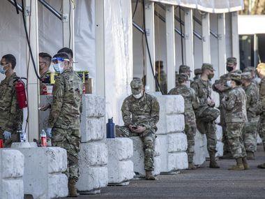 Miembros de la Guardia Nacional se preparan para vacunar a miles de personas cada semana en Fair Park.