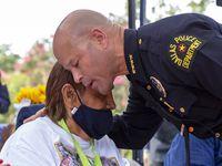 El jefe de policía Eddie García abraza a Bessie Rodríguez, la madre de Santos Rodríguez quien murió asesinado por un policía hace 48 años. Es la primera vez que un jefe policial de Dallas expresa disculpas públicas.