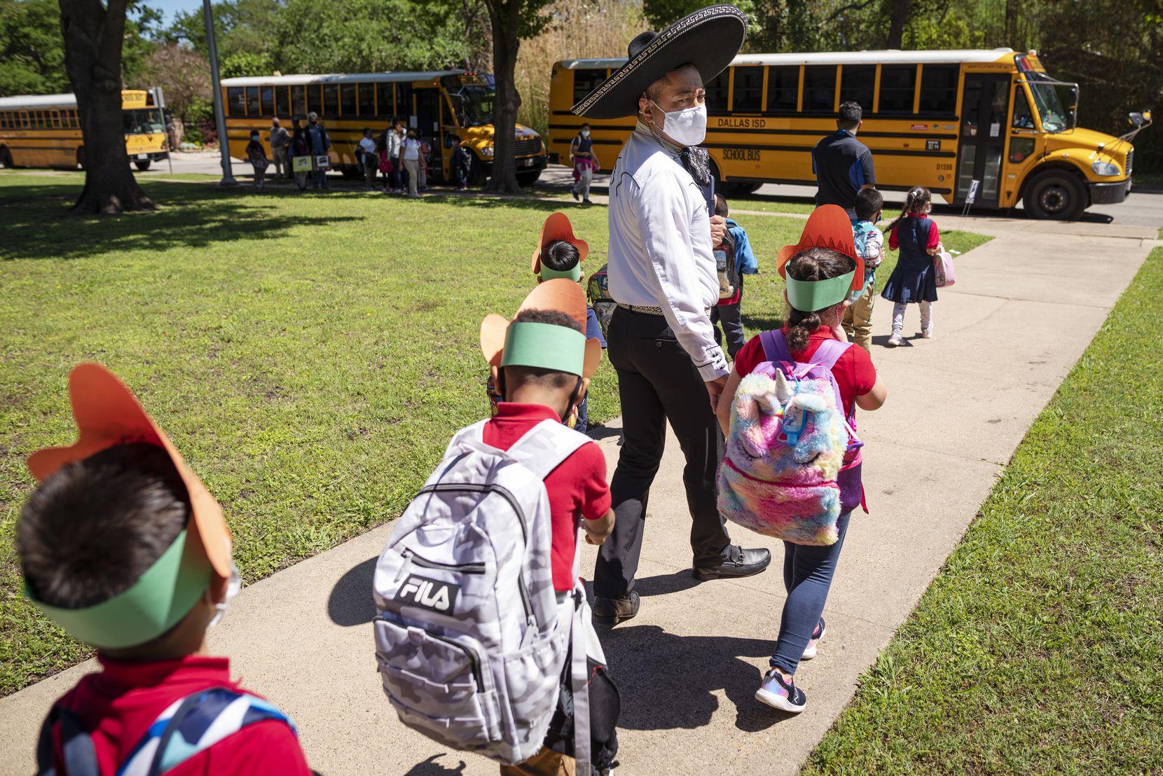 El maestro José Armendáriz acompaña a sus estudiantes a sus autobuses. Armendáriz, nativo de Coahuila, en México, fue elegido Meastro del Año por el DISD.