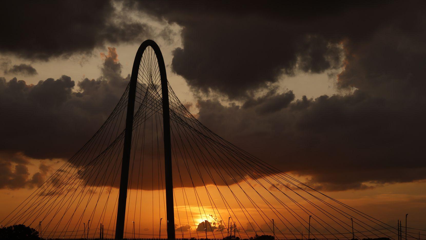 Un atardecer en Dallas, con una ligera capa de polvo del Sahara detrás del puente Margaret Hunt Hill, el 14 de julio de 2021.