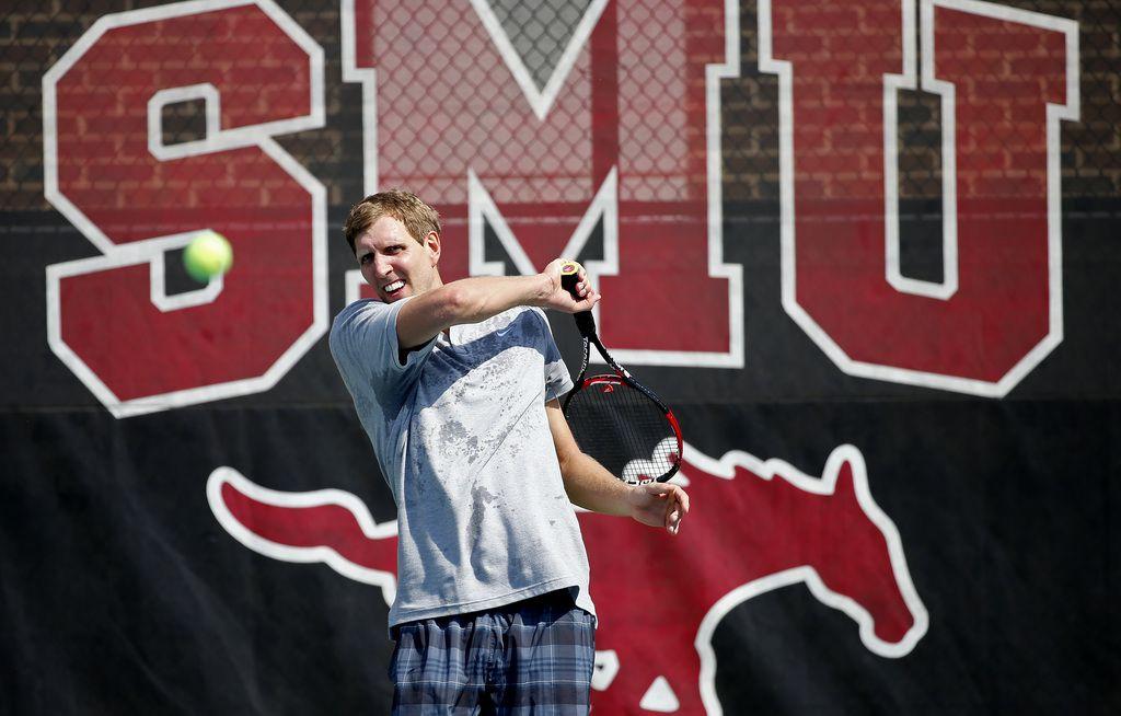 El astro de los Dallas Mavericks Dirk Nowitzki tendrá su tercer Pro Celebrity Tennis Classic el sábado en SMU. (Jae S. Lee/The Dallas Morning News)