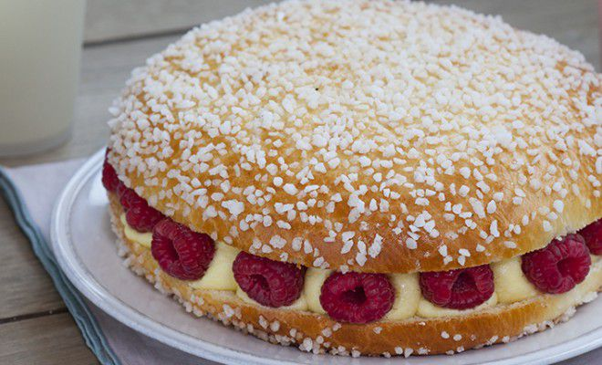 La Tarte Tropezienne is best known for its large tartes filled with Creme Tropezienne and fruit.