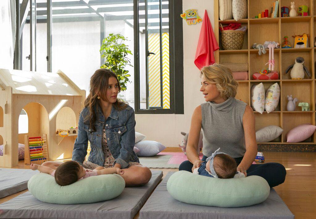 """En esta imagen proporcionada por Netflix Paulina Goto como Mariana, izquierda, y Ludwika Paleta como Ana en una escena de """"Madre solo hay dos"""". La serie se estrena el 20 de enero por Netflix. (Laura May/Netflix via AP)"""
