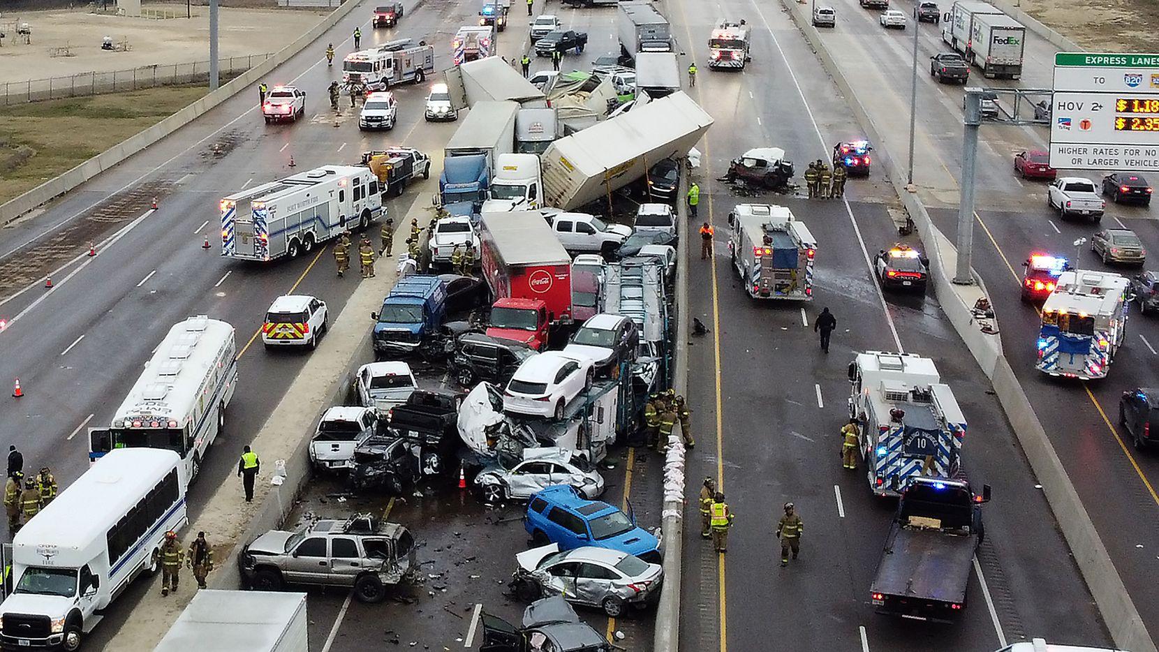 Este accidente múltiple ocurrió en la I-35W en Fort Worth. Al parecer, más de 100 vehículos estuvieron invoucrados.