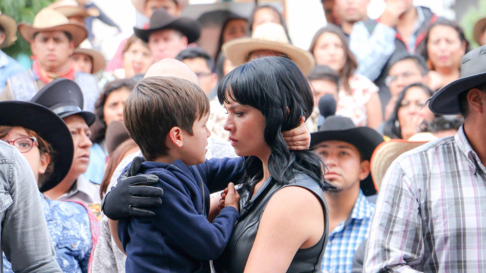 """Carolina Miranda interpreta a Vicenta, y Ari Placera, a su hijo, Daniel, en la quinta temporada de """"Señora Acero"""".(TELEMUNDO)"""