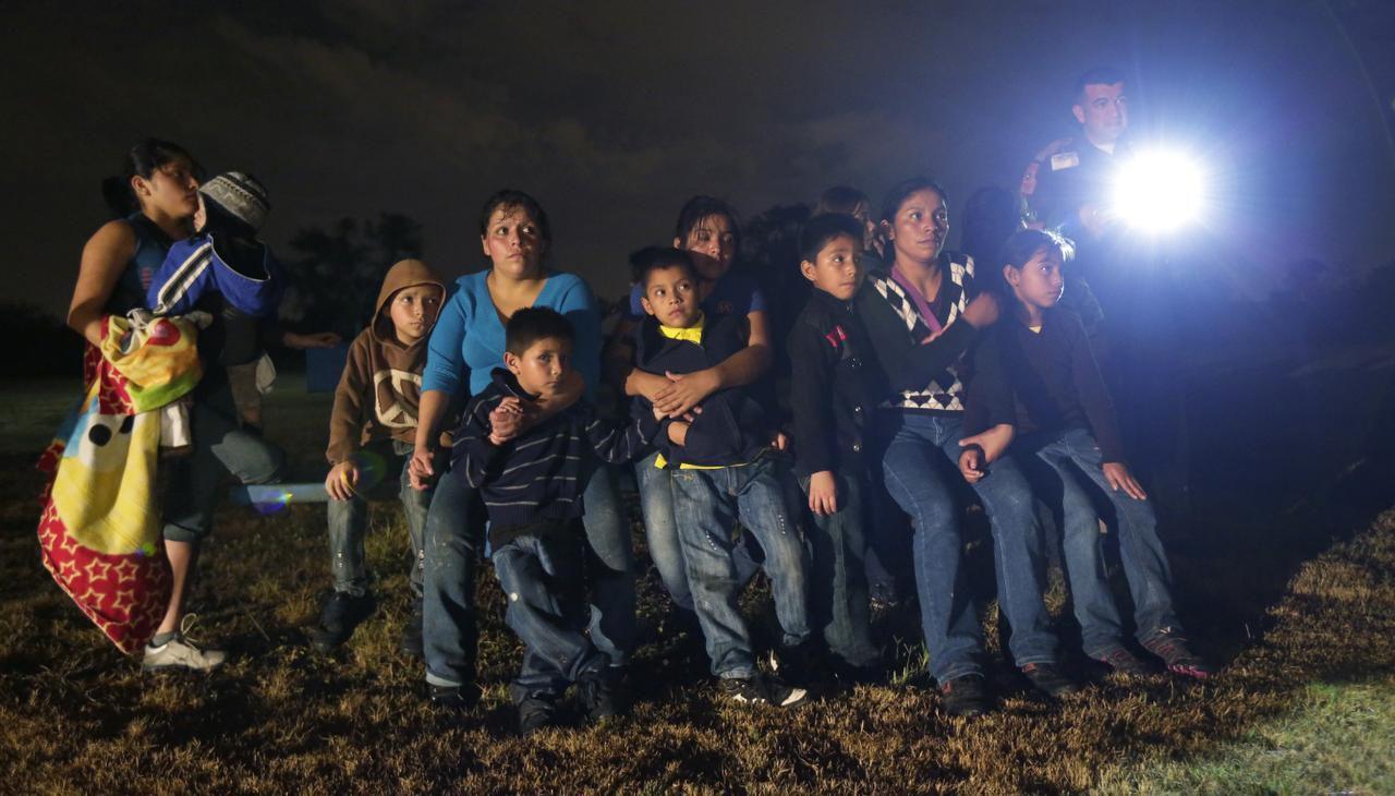 Un grupo de inmigrantes centroamericanos son detenidos en Granjeno, Texas. Muchos indocumentados creen que pueden quedarse en Estados Unidos y recibir beneficios. (AP/ERIC GAY)