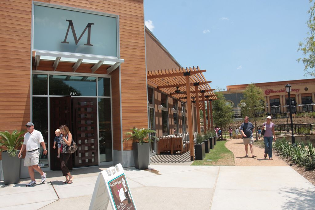 A Mi Cocina reastaurant in Allen, Texas, (left, shown in 2008) was the scene of a viral social media complaint.