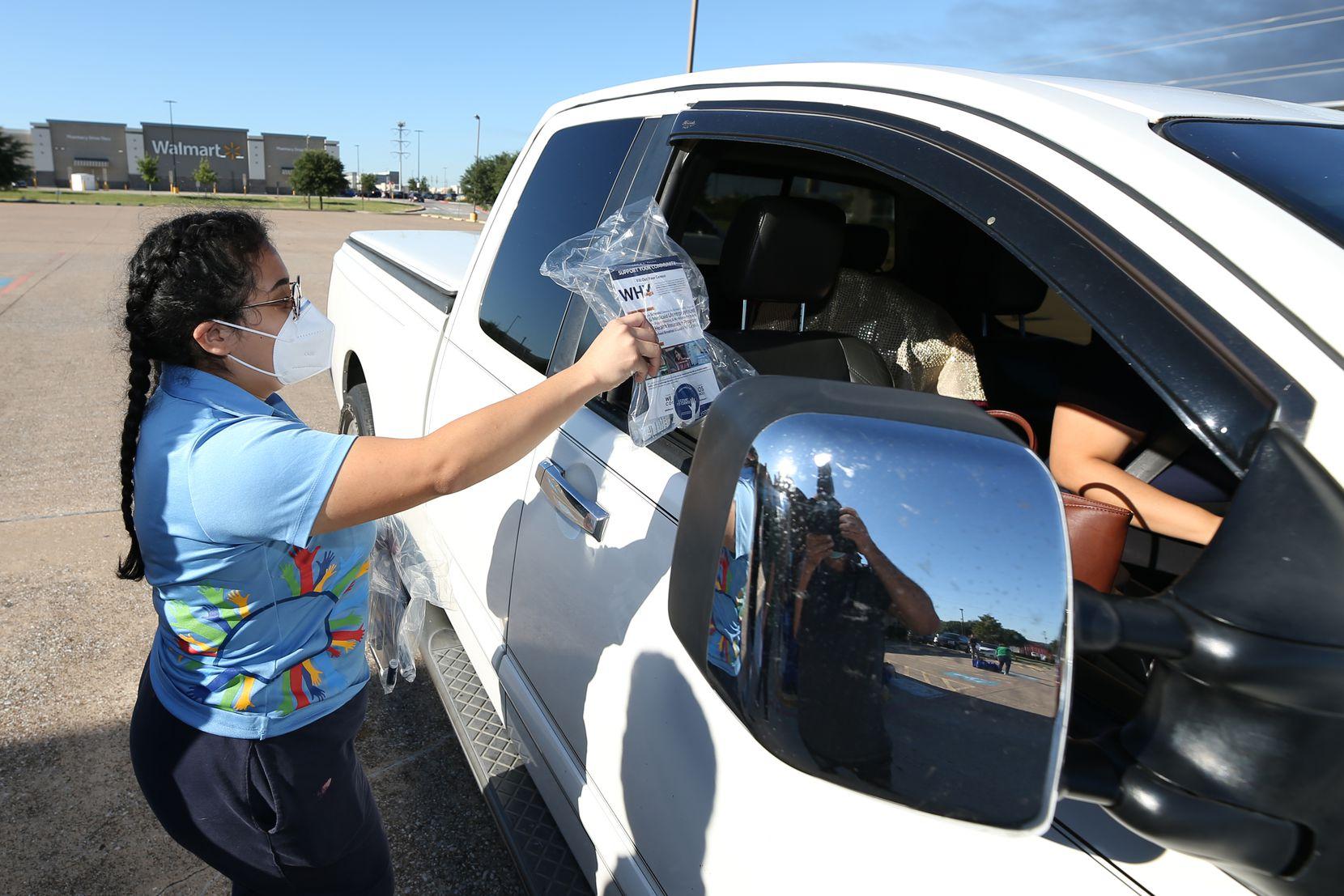 Vanessa Rodríguez del Dallas County Counts 2020 entrega en un kit del cesno a residentes de Grand Prairie en Pioneer Event Center.