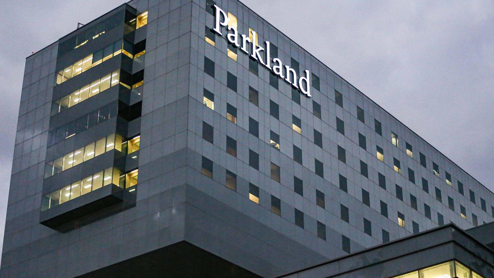 El Hospital Parkland está operando a su máxima capacidad debido a la gran cantidad de pacientes con covid-19.