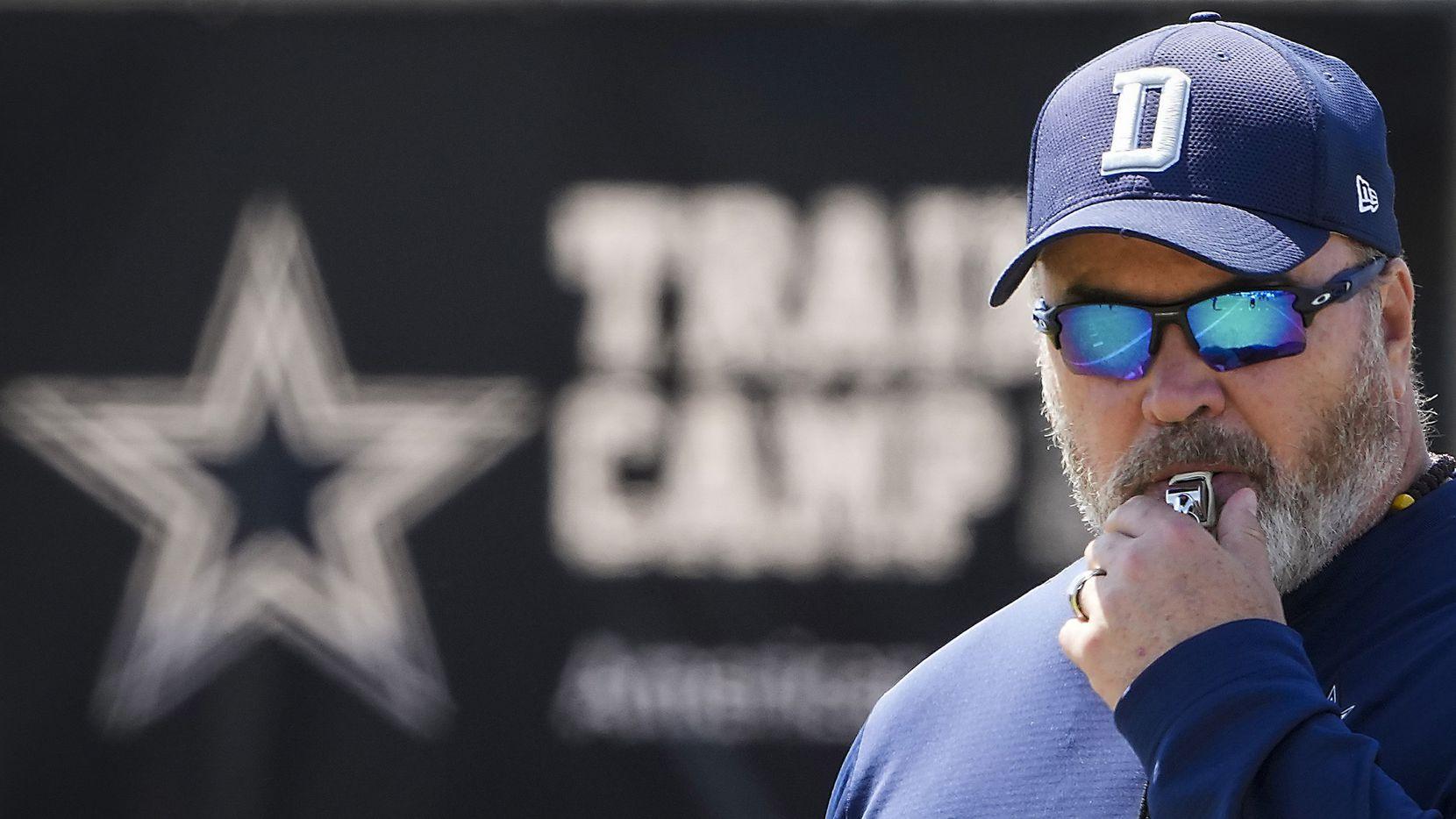 El entrenador en jefe de los Cowboys de Dallas, Mike McCarthy, hace sonar un silbato durante una práctica en el campo de entrenamiento, el martes 10 de agosto de 2021 en Oxnard, California.