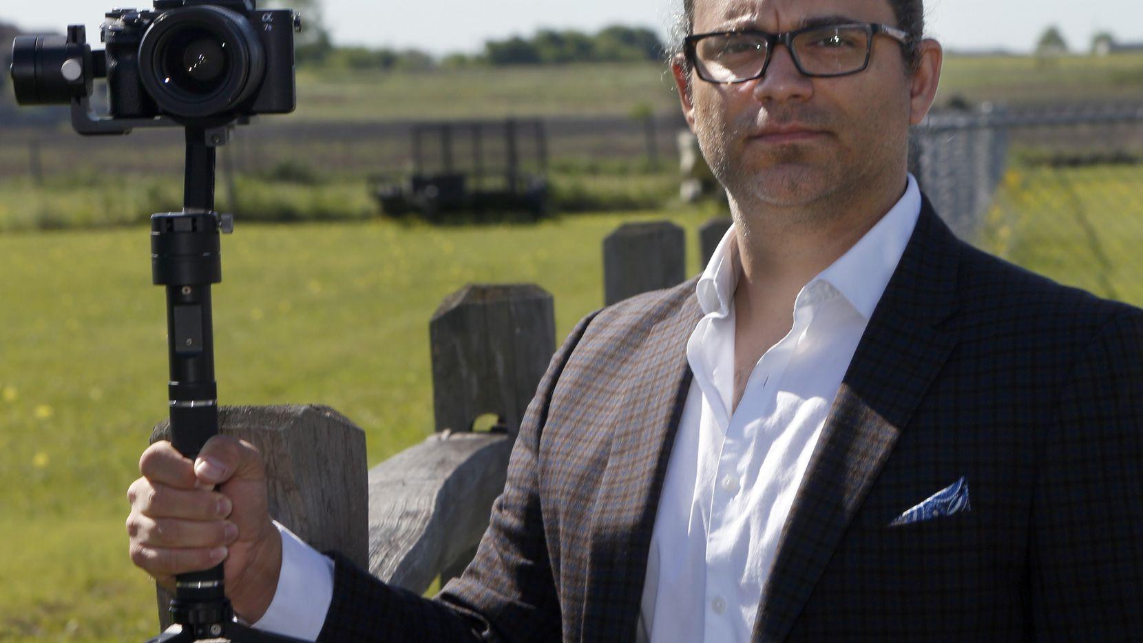 Wes Riojas, es un contratista independiente que trabaja como videógrafo de bodas. Rojas no califica para beneficios desempleo debido a que es contratista, pero la ley CARES podría lanzarle un salvavidas.