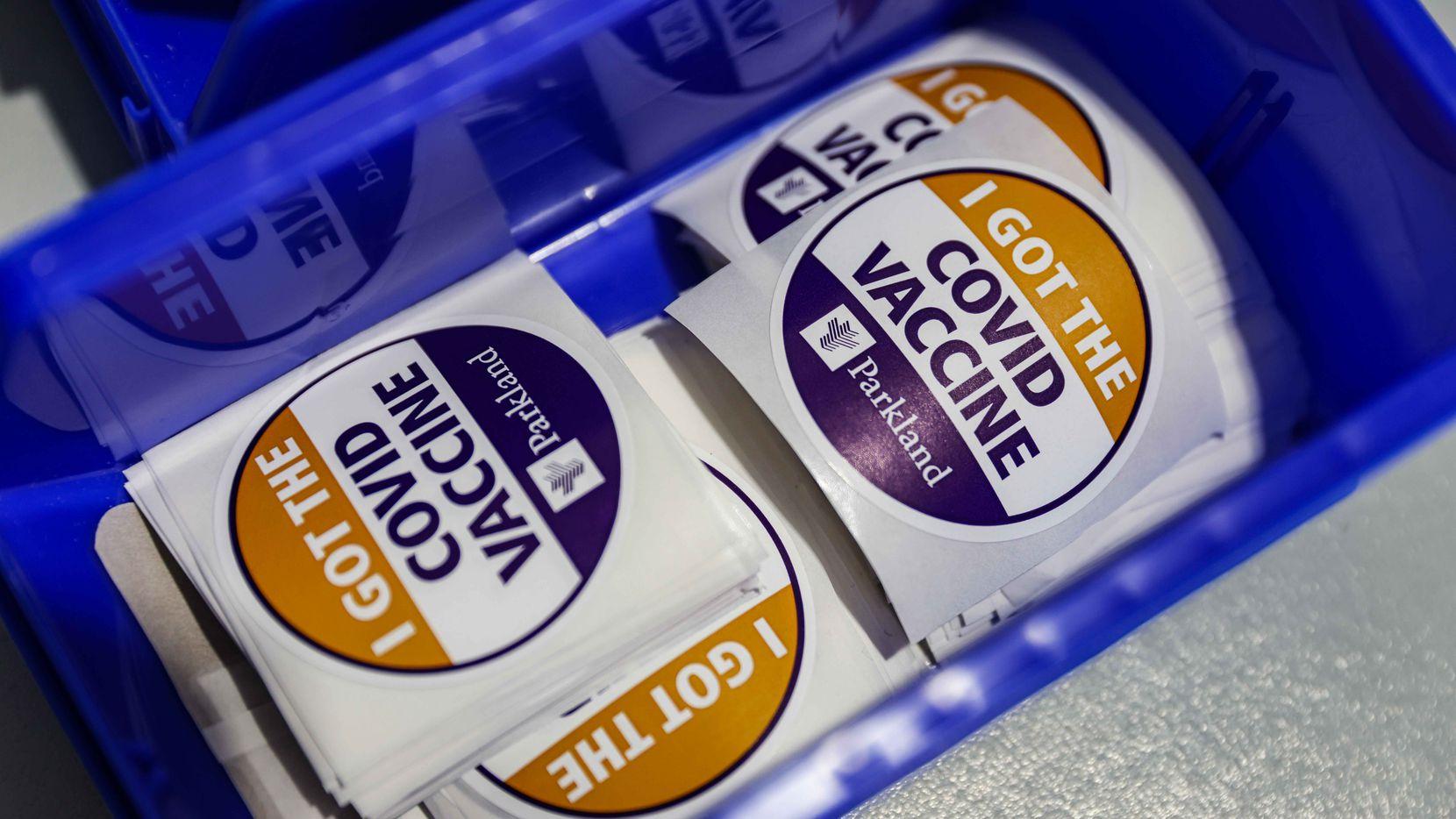 Etiquetas para las personas que se ponen la vacuna contra covid-19 en el Hospital Parkland de Dallas, Texas.