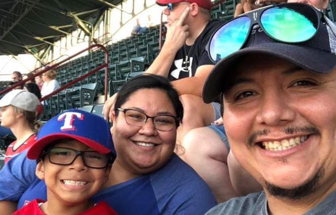 Selfie de la familia Romero el sábado en el parque de los Texas Rangers en Arlington