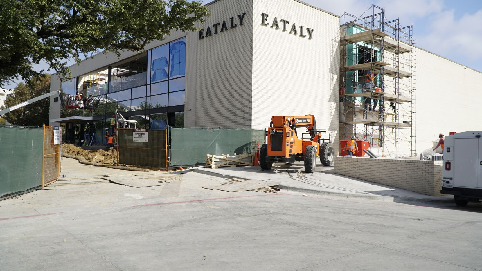 Trabajadores dan los toques finales al exterior de Eataly en el NorthPark Mall en Dallas.