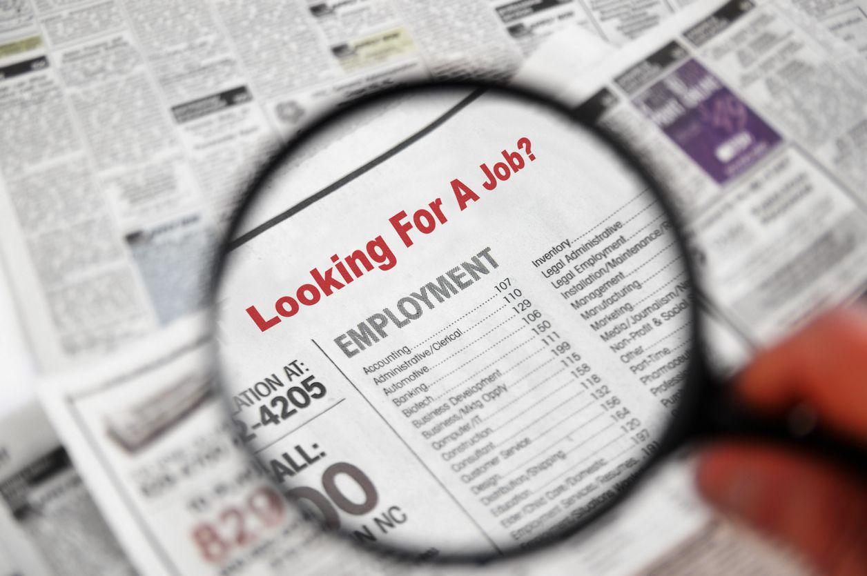 Una persona busca trabajo en un listado de empleos.