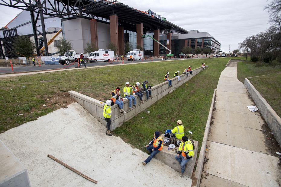 Trabajadores toman un receso para su almuerzo afuera del Globe Life Field. Un 75 por ciento de los 10 mil trabajadores que ayudaron en la construcción del estadio son hispanos.