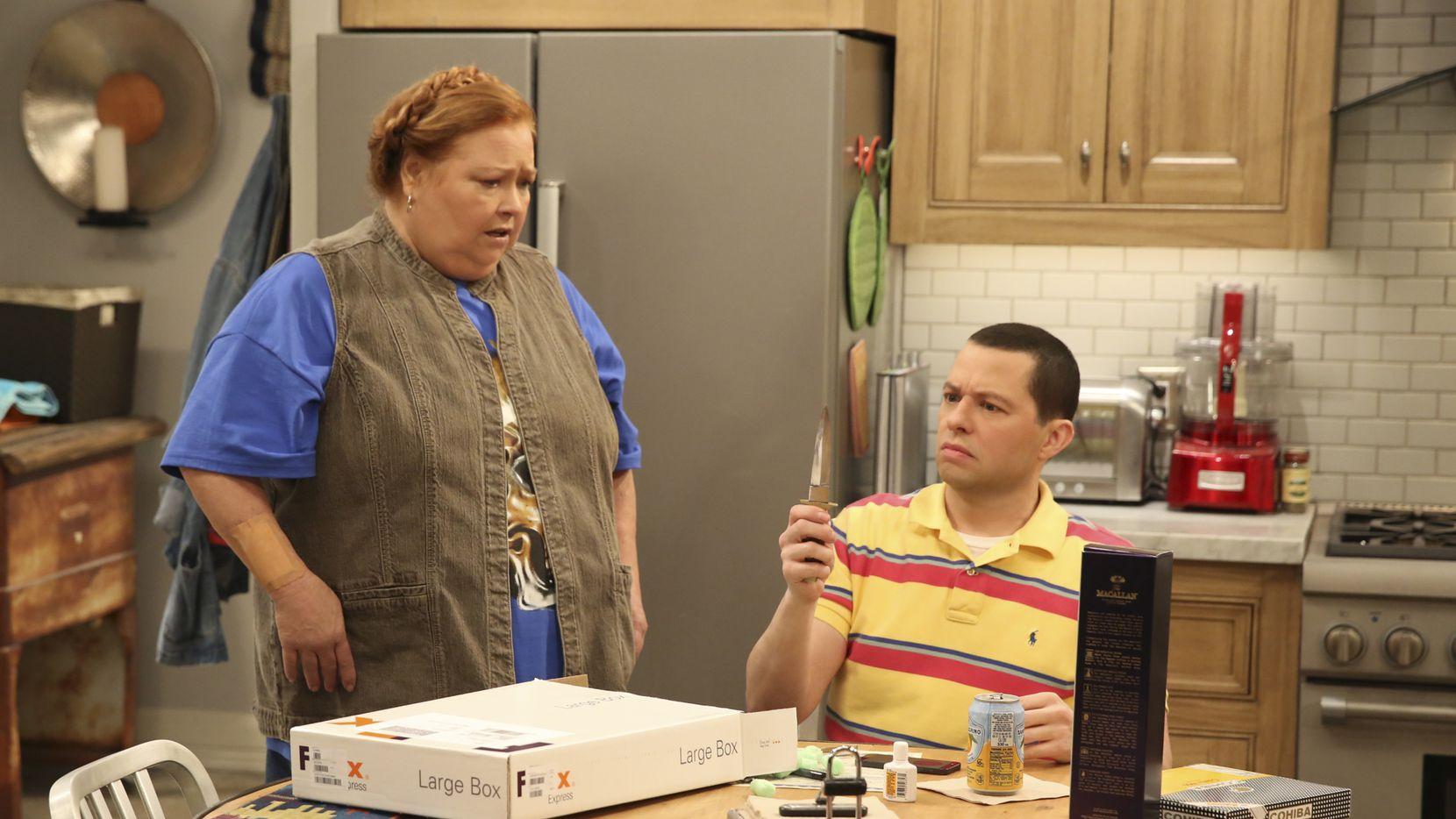 Imagen del final de Two and a Half Men por CBS, donde se ve a Conchata Ferrell junto a Jon Cryer.