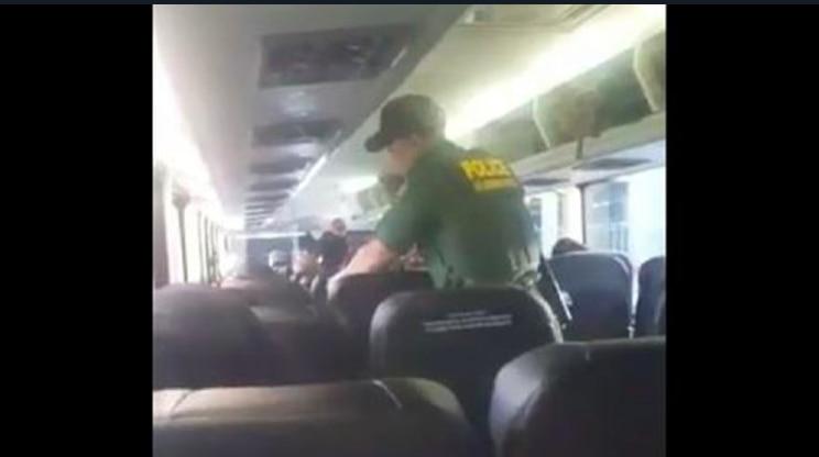 Oficiales de la Patrulla Fronteriza subieron a un autobús de Greyhound cuando se acercaba a la estación terminal de Fort Lauderdale./ FOTO TOMADA DE VIDEO