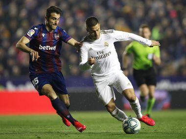 El mediocampista del Real Madrid, Eden Hazard (der), es presionado por el el jugador del Levante, Sergio Postigo, durante el partido del 22 de febrero en el Ciutat de Valencia.