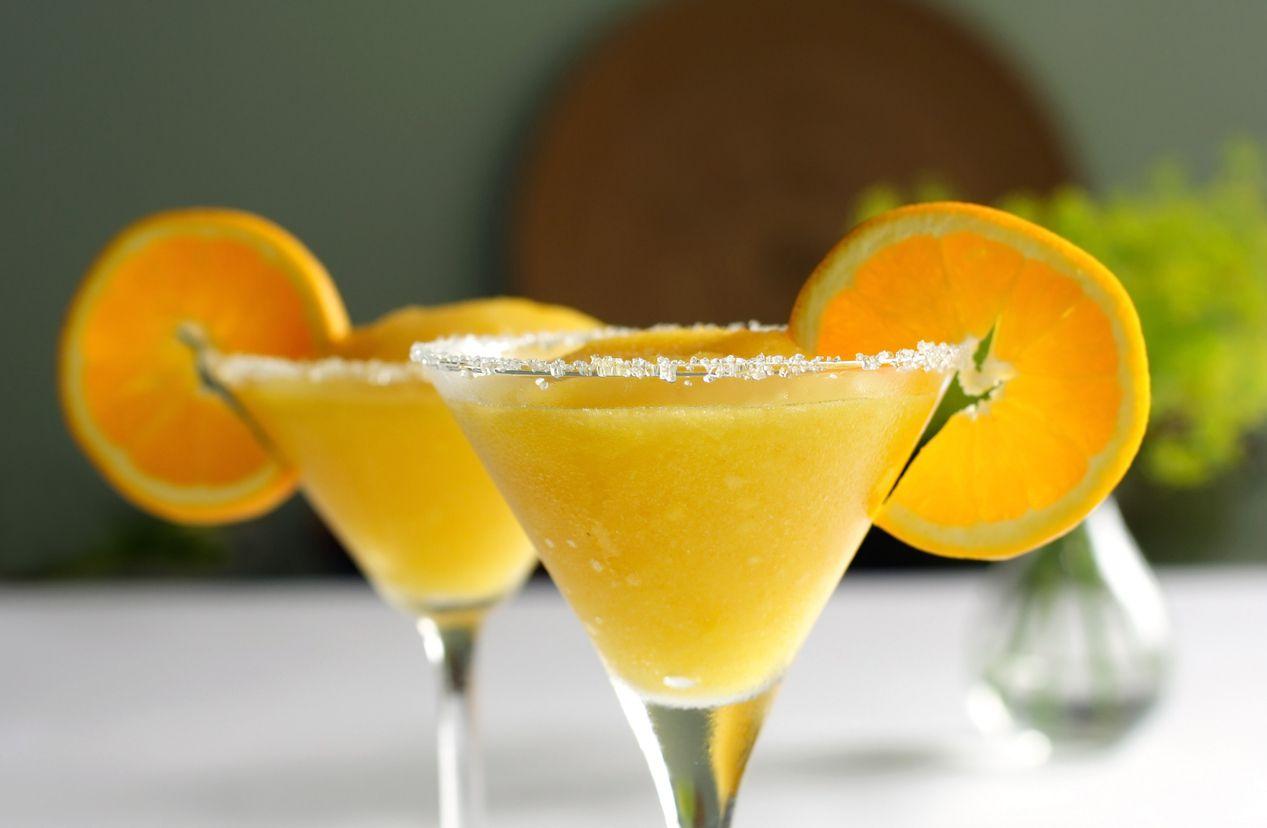 Una copa escarchada de una margarita de mango.
