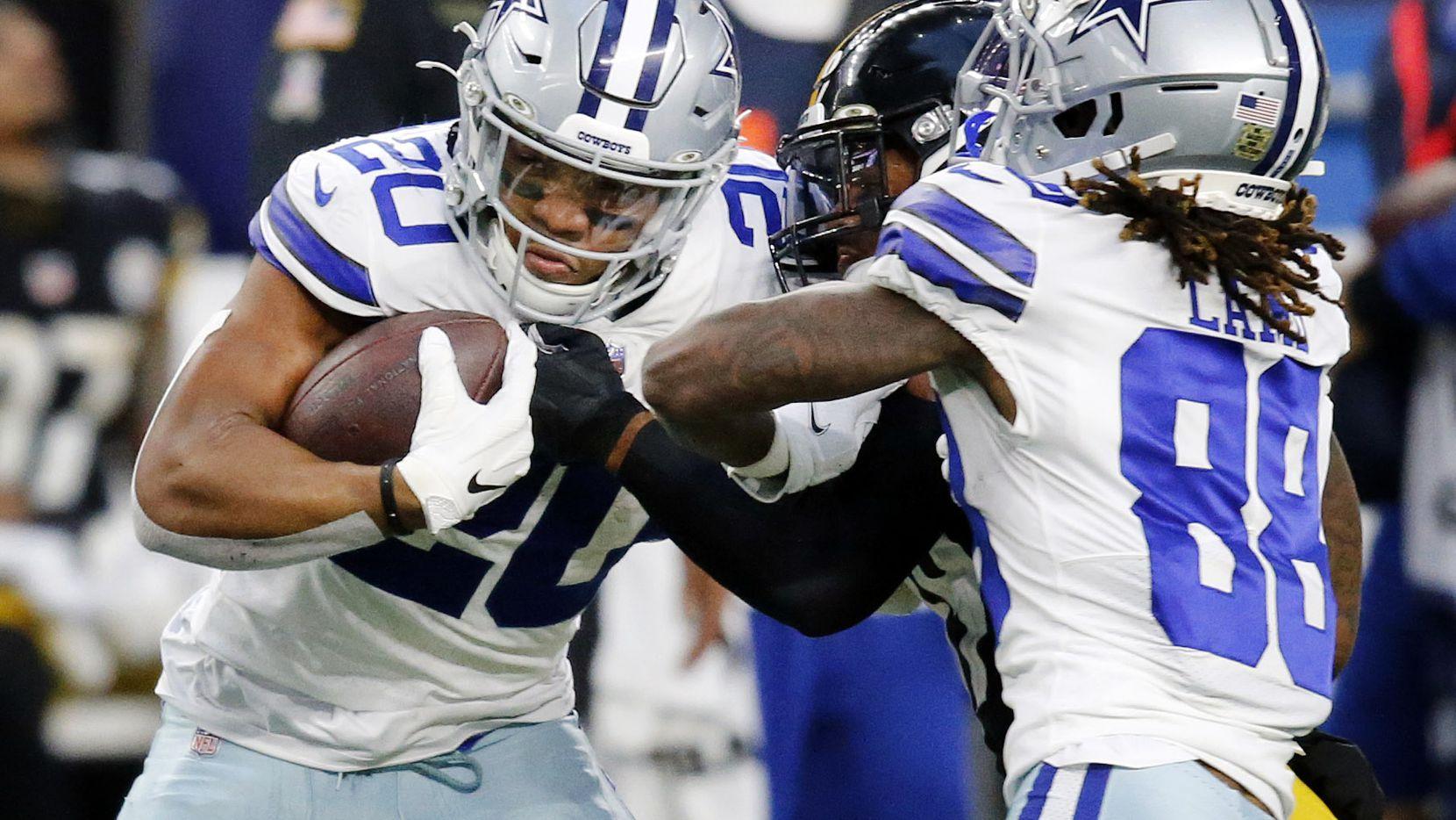 El corredor de los Dallas Cowboys, Tony Pollard (izq), acarrea el balón en el juego contra los Pittsburgh Steelers, el 8 de noviembre de 2020 en el AT&T Stadium de Arlington.