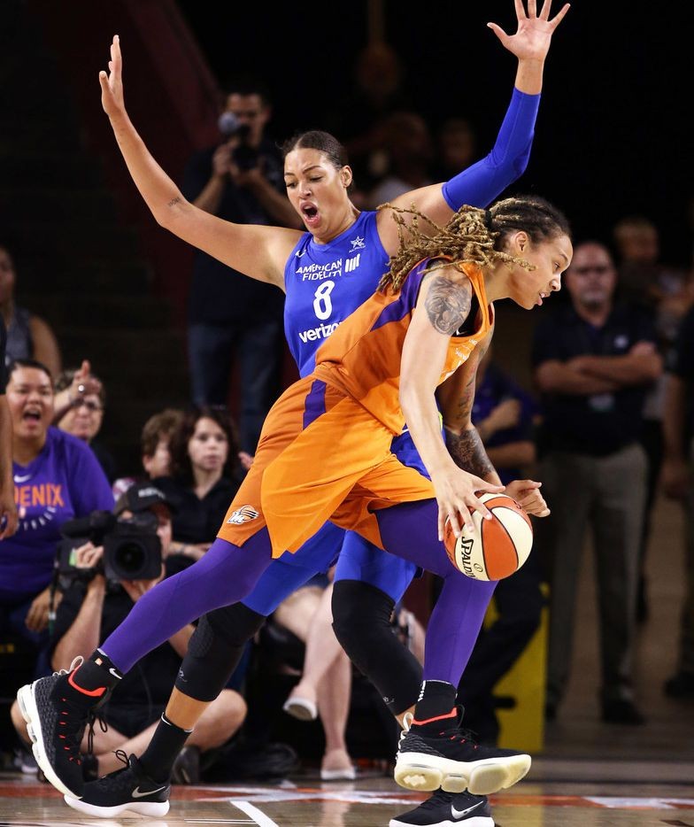 Phoenix Mercury Brittney Griner drives to the basket and scores past Dallas Wings Liz Cambage in the first half during round one of the WNBA Playoffs on Aug. 21, 2018, at Wells Fargo Arena in Tempe, Ariz.